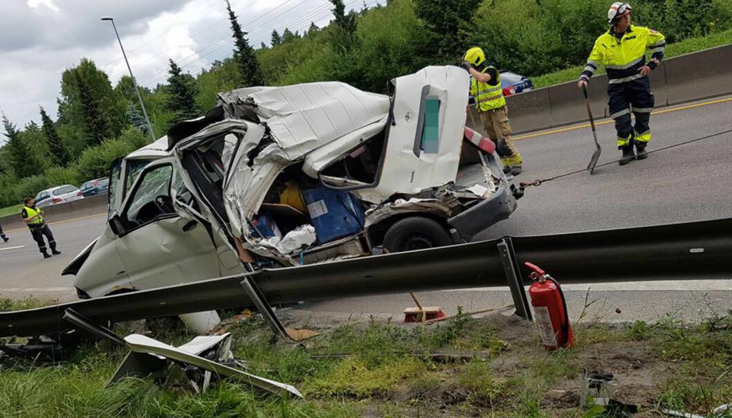 <strong>VOLDSOM KOLLISJON:</strong> Utrolig nok ble ingen personer skadd i denne kollisjonen på E6. Mannen som eier den hvite varebilen som fikk motorstopp har det bildet for å advare andre. Foto: Privat