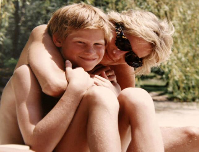 GJØR SOM MOREN: Prins Harry har fortalt at han ønsker å følge i morens fotspor. Foto: Reuters / NTB Scanpix