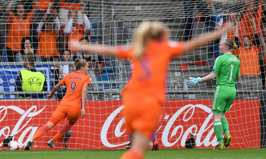 TIL FINALE: Vivianne Miedema scorer dagens andre mål og sender Nederland til EM-finale på hjemmebane. Foto: AFP PHOTO / Daniel MIHAILESCU AND DANIEL MIHAILESCU