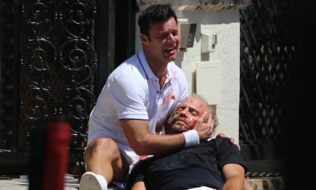 <strong>FRA FILMOPPTAKET:</strong> Antonio D'Amico (spilt av Ricky Martin) holder rundt den døde kroppen til Gianni Versace (Edgar Ramirez) under innspillinga av «American Crime Story» tidligere i år. Men det var ikke slik det skjedde, sier D'Amico. Foto: NTB Scanpix