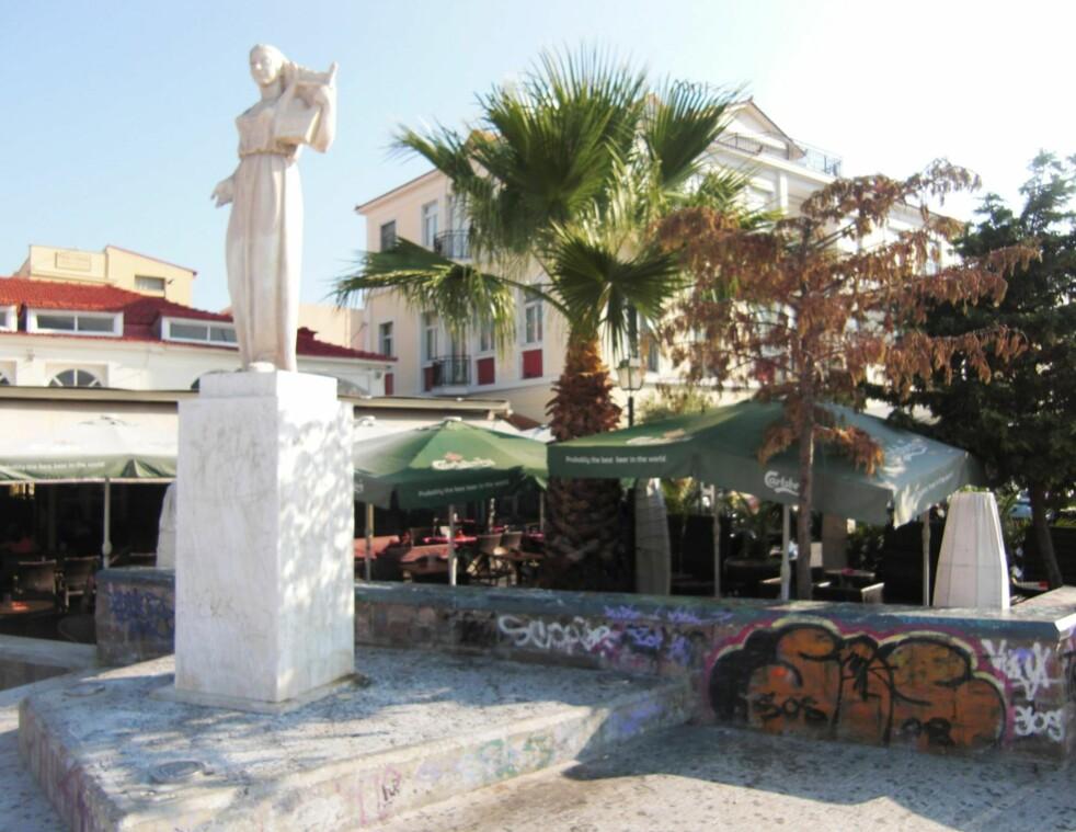<strong>MITTILINI:</strong> På torget langs havna i Mittilini, hovedstaden på Lesbos, står denne vakre statuen av Sappho, med lyren over skulderen. Hennes lyre er opphav til ordet lyrikk. Hun er ellers sparsomt brukt i den lokale turismen. Men utlendinger feirer henne. Foto: FREDRIK WANDRUP