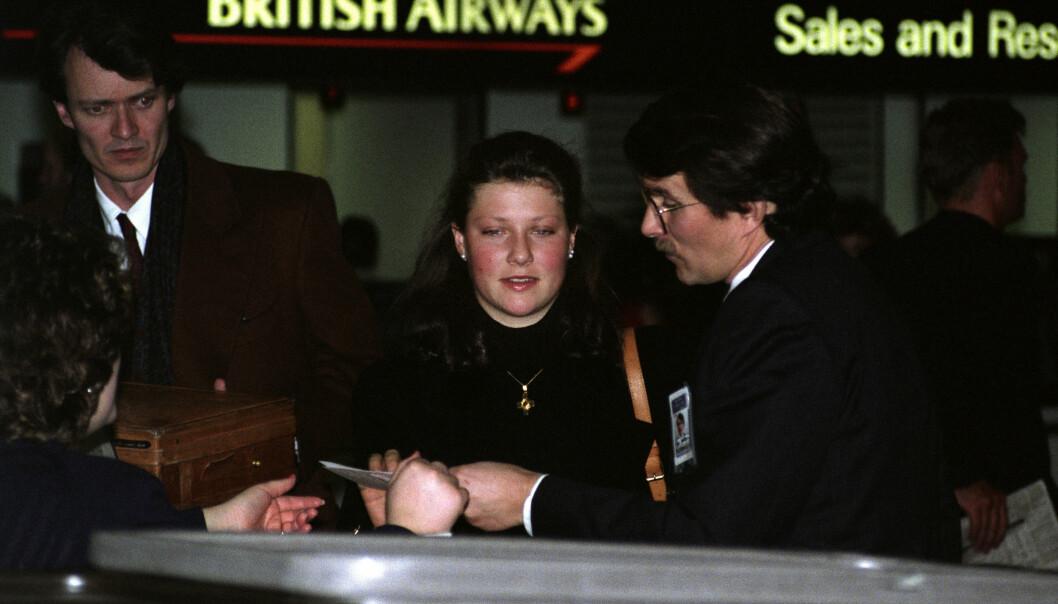 RETT HJEM: En ung Märtha Louise på Heathrow flyplass dagen etter kong Olavs død i 1991. Foto: Arnfinn Mauren / NTB Scanpix