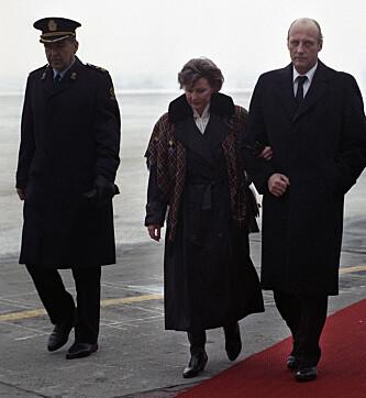 DYSTER DAG: Dronning Sonja tas imot av kong Harald i Oslo etter Olavs død. Foto: Lise Åserud / NTB Scanpix