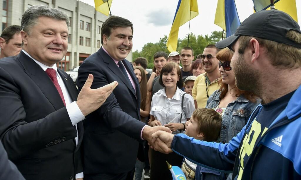 GODE DAGER: Mikhail Saakashvili hilser på tilhengere med Ukrainas president Petro Porosjenko ved sin side. Foto: AP / NTB / Scanpix
