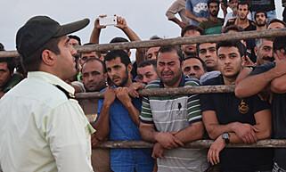 HENRETTELSE: I dag tidlig ble en 28 år gammel iransk mann henrettet foran det som sies å ha vært et publikum på 5000 mennesker nord i Iran. Her gråter en av tilskuerne. Foto: IranHR