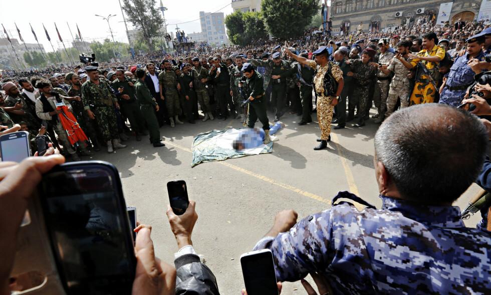HENRETTET: Den 41 år gamle mannen ble henrettet på et torg i Jemens hovedstad Sana foran tusenvis av mennesker. Mange filmet henrettelsen, som også ble sendt på TV, med mobiltelefoner. Hovedstaden styres av Houthi-bevegelsen. Foto: Khaled Abdullah / Reuters / NTB Scanpix