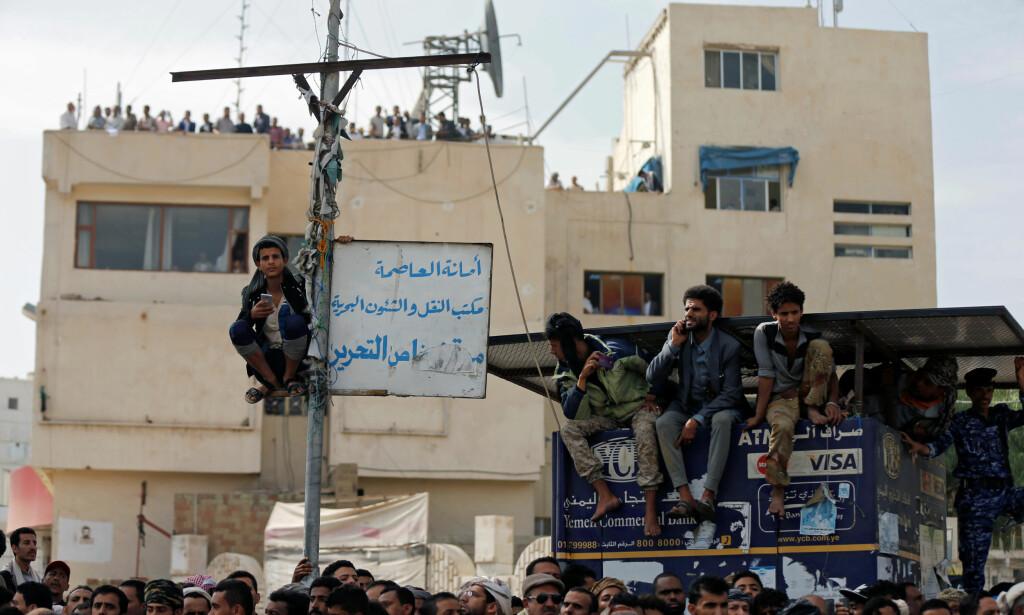 SAMLET: Det gikk ord om den planlagte henrettelsen over hele hovedstaden og folk tok plass i lyktestolper og på hustak for å få den med seg. Foto: Khaled Abdullah / Reuters / NTB Scanpix