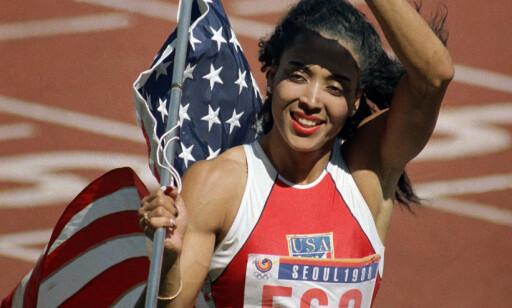 MISTER REKORDEN: Amerikanske Florence Griffith-Joyner løp allerede i 1988 fortere enn noen andre har klart på 100 og 200 meter. Nå strykes disse resultatene til tross for enkemannens protester. FOTO: AP/Eric Risberg.