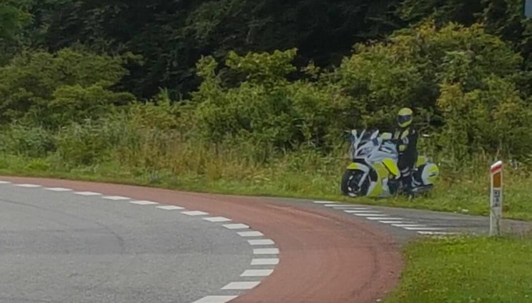 <strong>BREMSE:</strong> Dansk politi har satt i gang en ny kampanje for å få bilistene på særlig farlige strekninger til å senke farten. De håper dette skiltet vil få forbipasserende til å trykke på bremsen. Foto: Sydsjælland og Lolland-Falsters Politi
