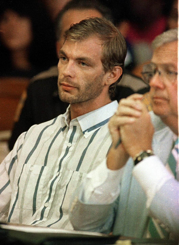 I RETTEN: Jeffrey Dahmer side om side med sin advokat Gerald Boyle tre dager etter at han ble avslørt. Skjorten han har på seg skal visstnok ha tilhørt et av ofrene. Foto: NTB Scanpix