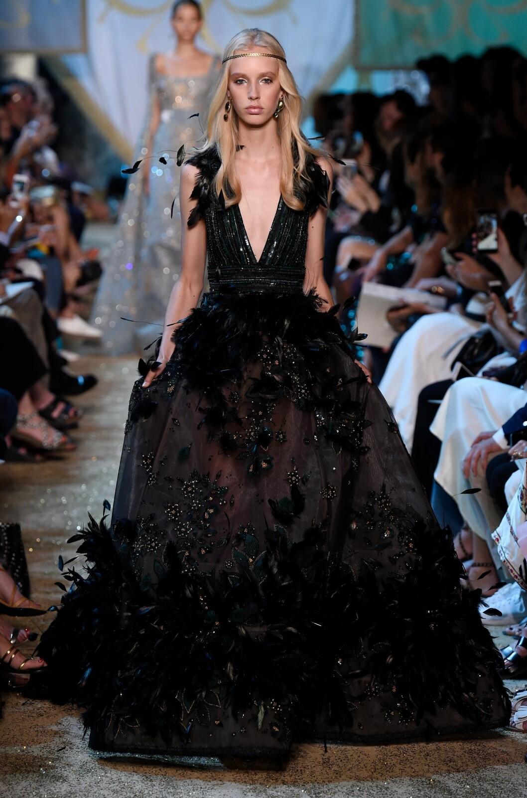 ELIE SAAB: 4000 fjær, 3000 perler og 2500 paljetter ble sydd på seks meter med tyll. Totalt var det ni mennesker som jobbet med denne kjolen i tre måneder. Foto: Shutterstock