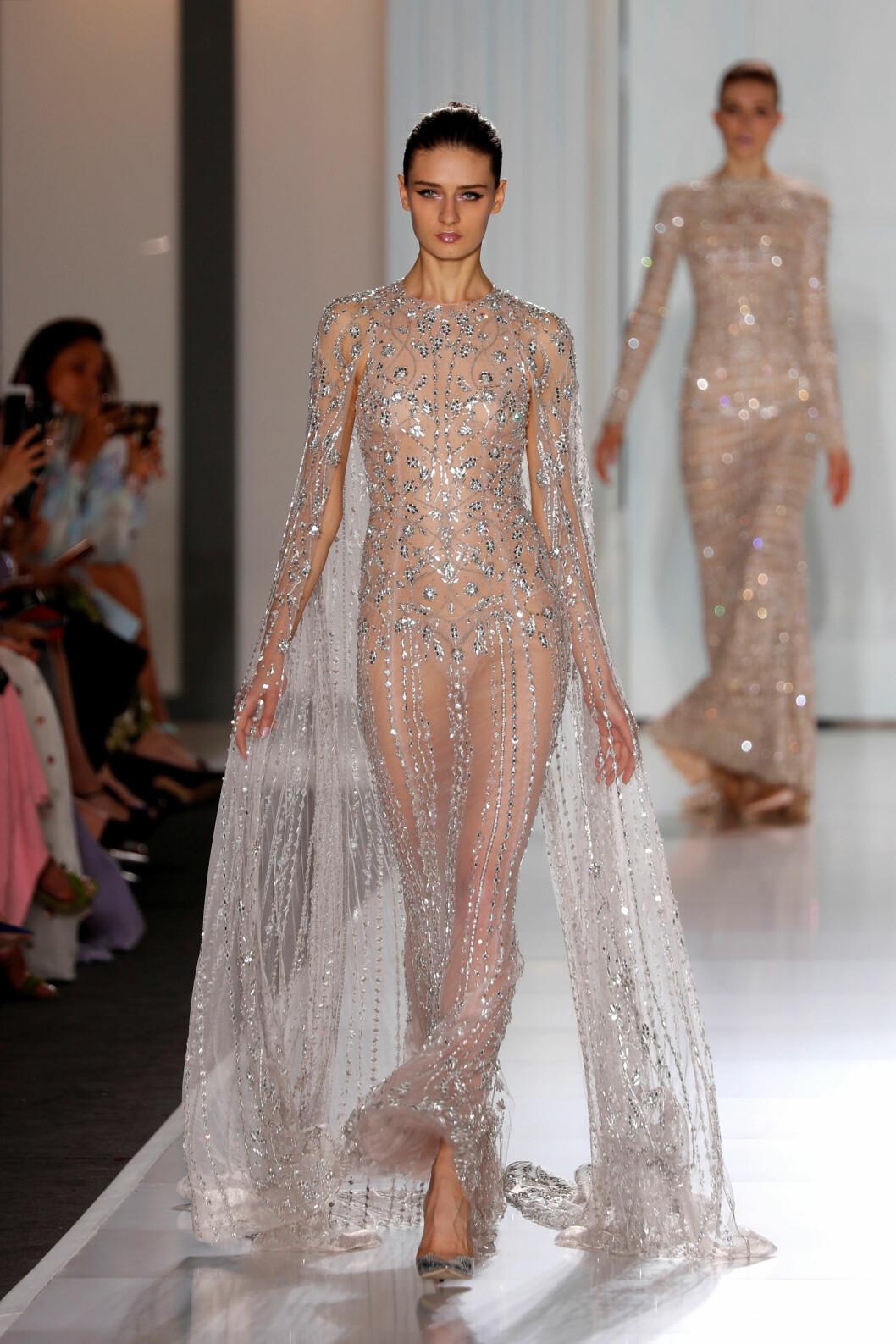 RALPH & RUSSO: Denne kjolen har 40.000 Swarowski krystaller på seg og designerne brukte 3000 timer på å lage den. Foto: Reuters