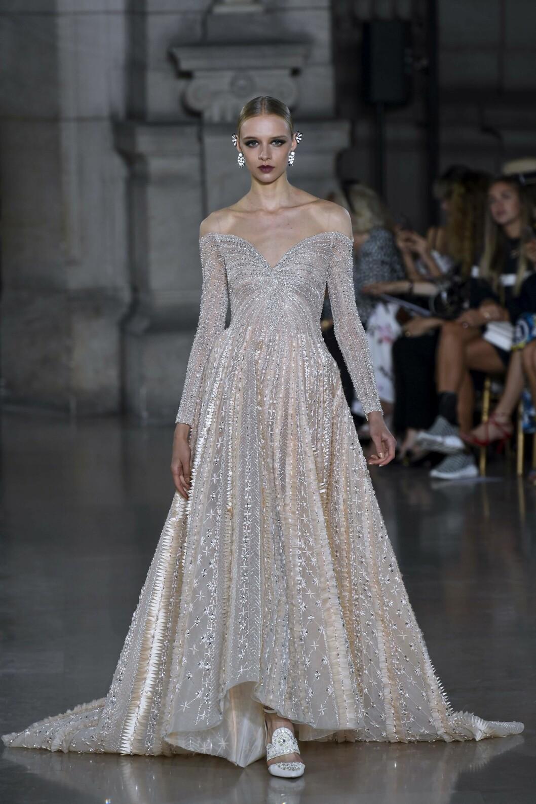 GEORGES HOBEIKA: Tre uker og fire mennesker måtte til for å lage denne kjolen. Foto: AFP