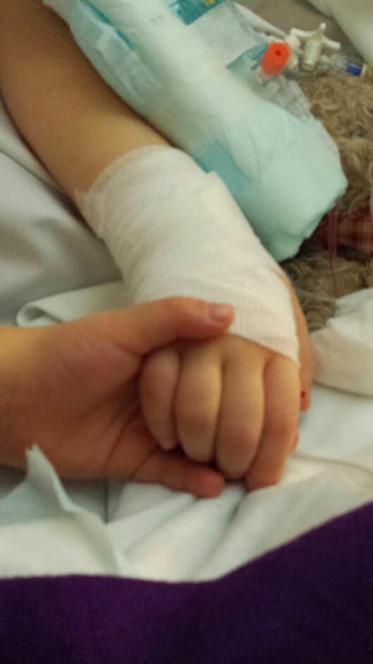 SØSTRE: I starten av 2014 ble begge jentene rammet av en lungeinflammasjon. Nova ble holdt i live av respiratoren, men 25. februar fikk hun slippe, mens tvillingsøster Saga holdt henne i hånden. Foto: Privat