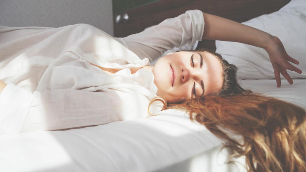 SØVN: Sover du lenge vil du ofte føle deg mindre uthvilt, sier eksperter.  Foto: NTB Scanpix