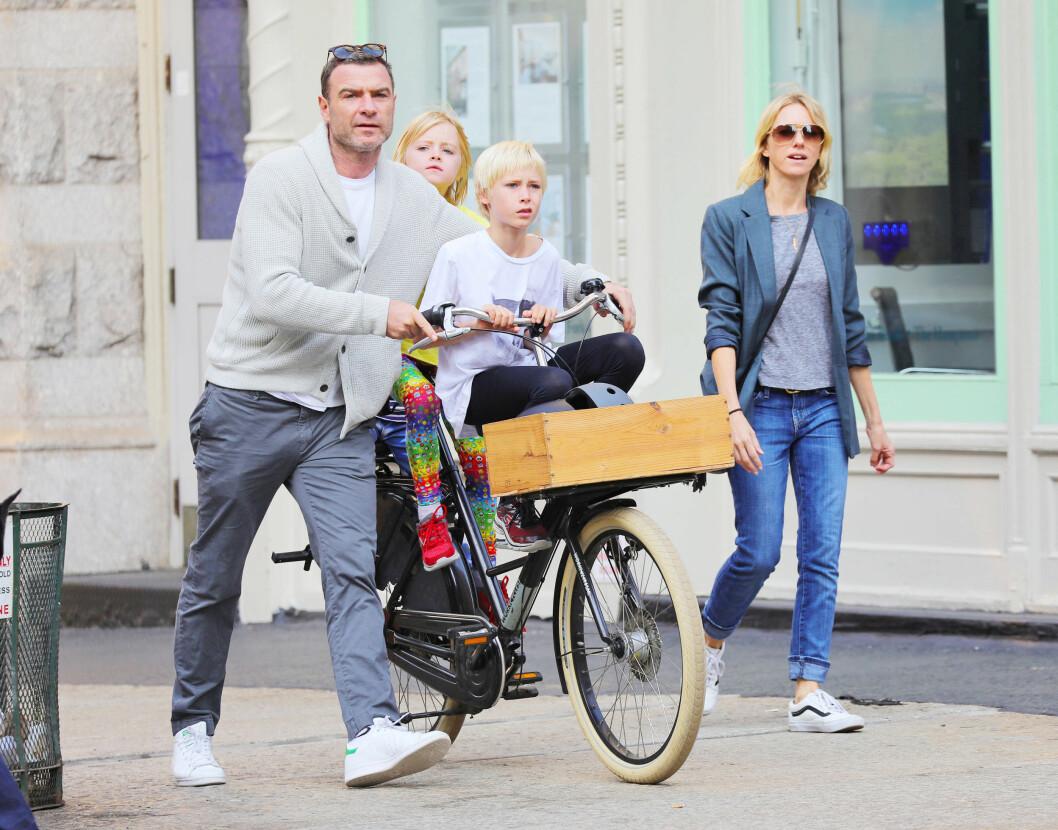 VENNER TIL TROSS FOR BRUDD: Naomi Watts og ekskjæresten Liev Schreiber med sønnene Samuel og Alexander. Dette bildet er tatt etter bruddet, og de to har vært åpne om at de har beholdt vennskapet for barnas del. Foto: NTB Scanpix