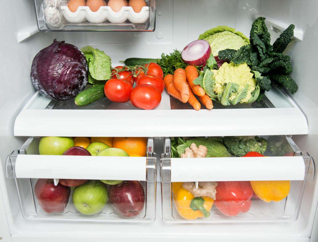 KJØLESKAP: Produkter som vokser ute i Norge, tåler fint å ligge i kjøleskap. Men det betyr ikke at alt av frukt og grønt trives kaldt. Foto: NTB scanpix