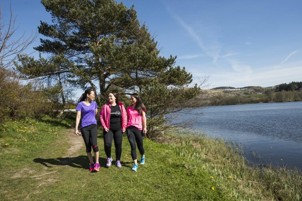 SAMLER INN PENGER: Linda med venninnene Tora og Elisabeth trener (litt) til KK-mila. Det sportslige målet er å jogge seg rolig gjennom løypa, hovedmålet er å samle inn penger til Kreftforeningens #sjekkdeg-kampanje. Foto: Monica Larsen