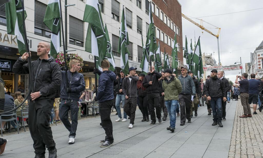 - PÅ FRAMMARSJ: Skeiv Ungdom mener det er spesielt viktig å markere toleranse i et år da nynazismen blir mer og mer synlig. Her fra Den Nordiske Motstandsbevegelsens marsj i Kristiansand i fjor. Foto: Tor Erik Schrøder / NTB Scanpix