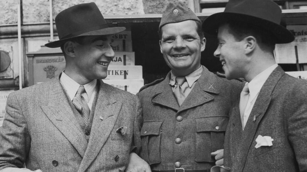 <strong>BLE SOM BRØDRE:</strong> Herman Sachnowitz (t.v.) og Samuel Steinmann (t.h.) møttes da de begge to satt i fangeleiren Auschwitz i Polen under andre verdenskrig. De to ble svært gode venner, og etter at Herman mistet sine syv søsken ble Samuel som en bror for ham. Dette bildet er tatt i Sverige i juni 1945.  Foto: Expressen via NTB Scanix
