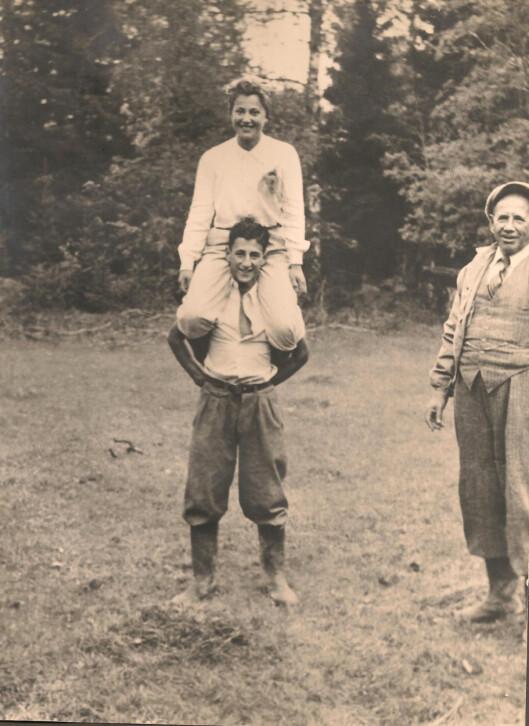 <strong>IDYLL:</strong> Dette bildet av Frank Sachnowitz med storesøsteren Marie Sachnowitz på skuldrene er tatt mens livet ennå var lystig og fredfullt. Pappa Israel Sachnowitz til høyre. Alle tre mistet livet i Auschwitz. Foto: Utlånt av Rita Porat og Marion Gamain (Hermans døtre) via Larvik Museum