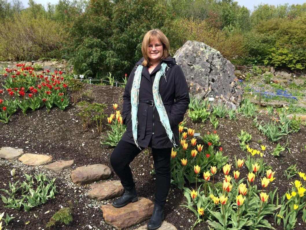 BOTANISK HAGE: – Vi dro til botanisk hage, og mannen min tok noen fine bilder av meg mens jeg ennå hadde hår. At bildene kanskje måtte brukes til et minne om meg, snakket vi ikke noe om. Foto: Privat