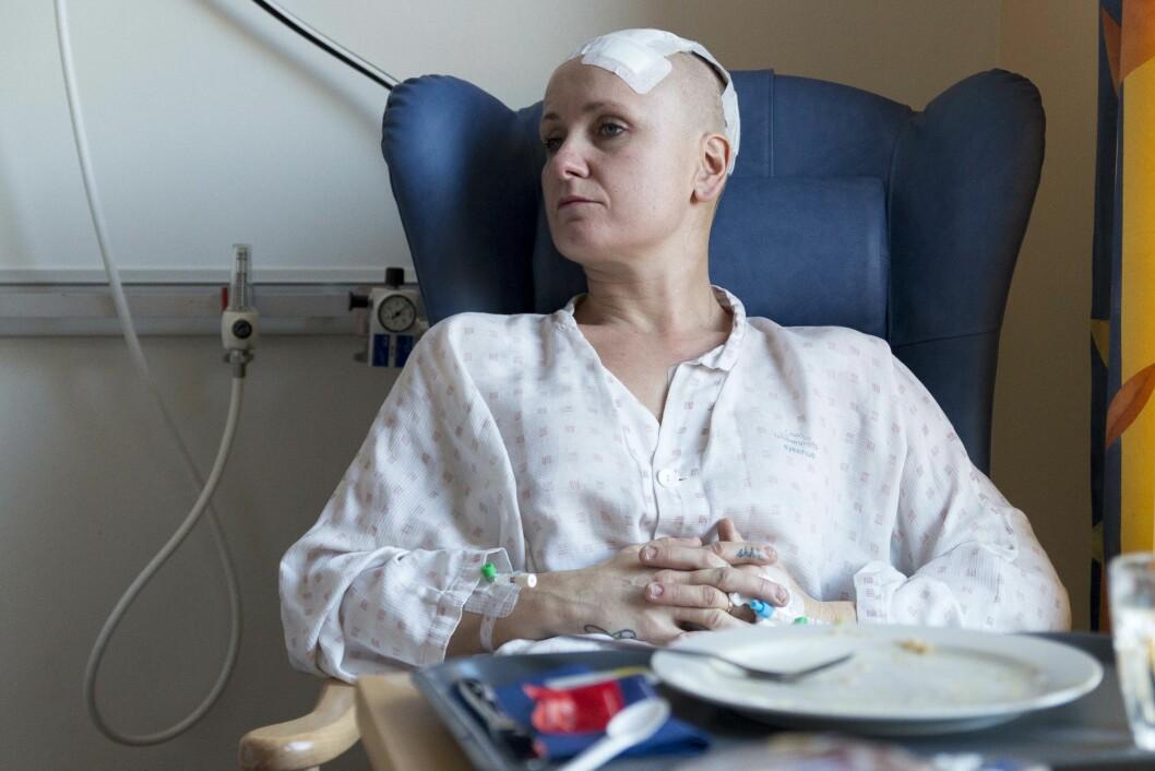 ETTER OPERASJONEN: Vibeke forteller at hun har kunnet trappe drastisk ned på medisinbruk etter den vellykkede hjerneoperasjonen. Foto: Lovise Steinkjellå