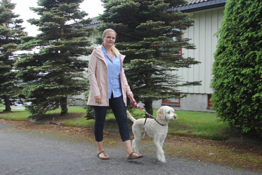 PÅ TUR MED LILLY: - Det er mye terapi i en hund, som alltid er der for deg, enten du har en god eller dårlig dag, sier May Britt.  Foto: Jan-Erik Fossum
