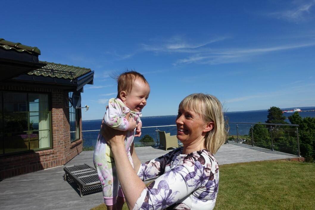 NYBAKT MAMMA: Marianne (42) med lille Helene på 5 måneder på armen. Foto: Merete Sillesen