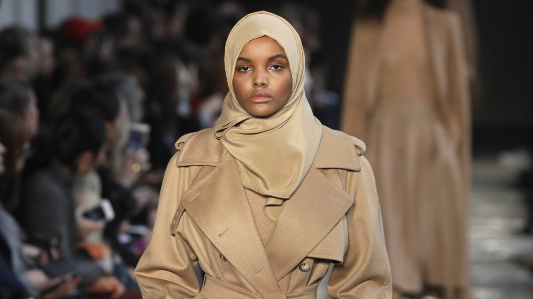 HIJABMOTE: Halima Aden (19) vekker oppsikt - og skaper debatt, som hijabkledd catwalk-modell.  Foto: AP/ NTB Scanpix