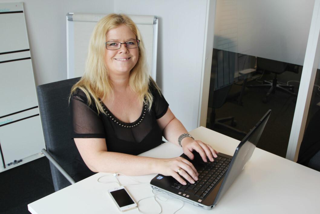 <strong>OMSKOLERING:</strong> Anette Augustinussen jobber på et bemanningsbyrå. Hun rekrutterer folk fra inn- og utland til stillinger innenfor transport. Her har Anette jobbet nesten ett år, og hun trives godt.  Foto: Jan-Erik Fossum