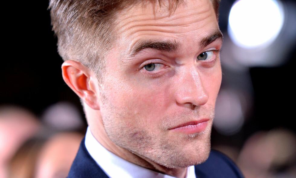 LEGGER KORTENE PÅ BORDET: Historien som skuespiller Robert Pattinson fortalte under TV-programmet «Jimmy Kimmel Live» har fått mye oppmerksomhet. Nå forteller han hva som egentlig skjedde. Foto: NTB Scanpix