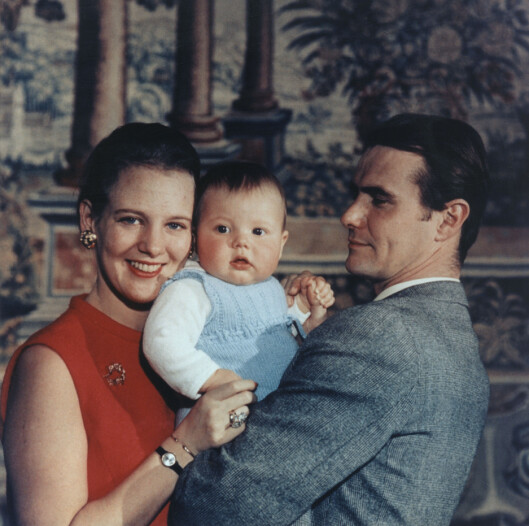 FAMILIELYKKE: Kronprinsesse Margrethe og prins Henrik med eldstesønnen Frederik i 1968 - fire år senere ble Margrethe dronning. Foto: NTB Scanpix