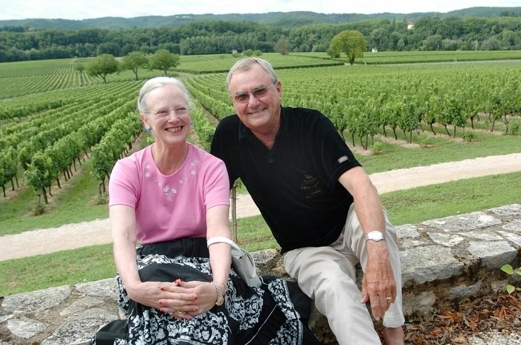 VINSLOTT: Dronning Margrethe og prins Henrik fotografert på Henriks vinslott Chateau Ciax i Sør-Frankrike sommeren 2004. Etter at han ble pensjonist i fjor har han tilbrakt mer tid her. Foto: NTB Scanpix