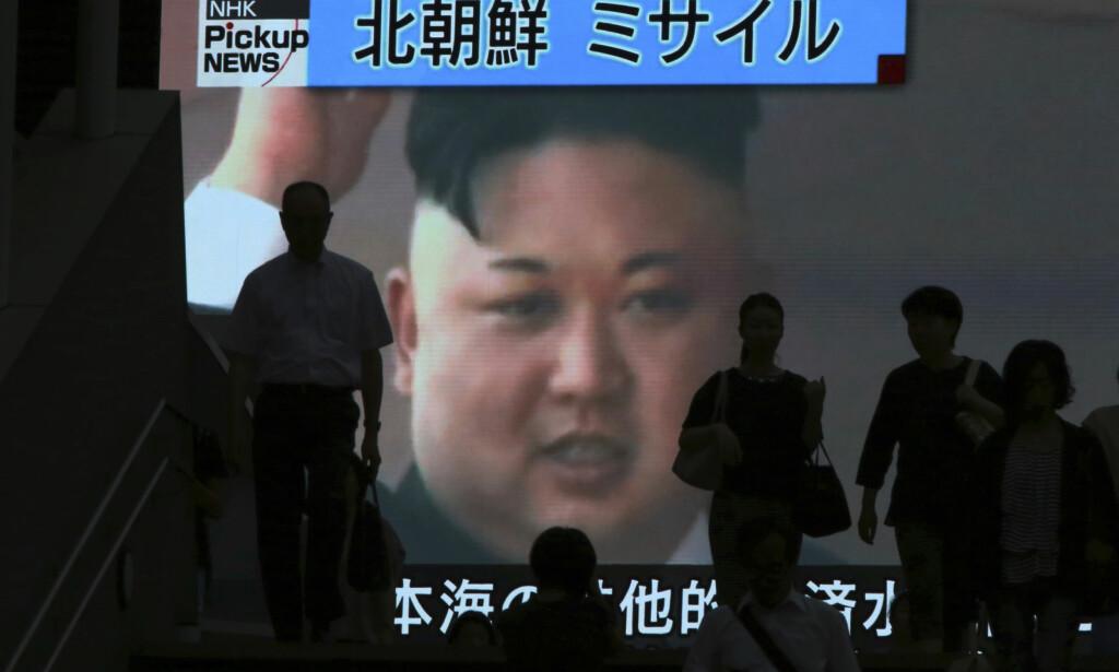LÆREVILLIG? Kim Jong-un har fått tunge sanksjoner mot seg. Hjelper det? Her fra et shopping-vindu i Tokyo. Foto: AP / NTB Scanpix