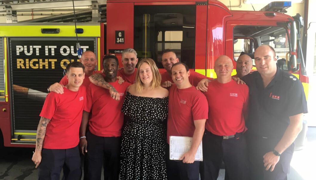 <strong>OVERRASKELSE:</strong> Adele overrasket flere brannmenn på Chelsea brannstasjon. Foto: Reuters / NTB Scanpix