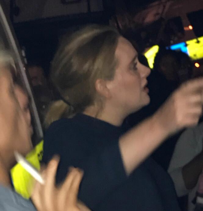 <strong>BESØKTE OFRENE:</strong> Adele besøkte ofrene fra brannen i Grenfell Tower kort tid etter. Stjerna ga klemmer til de som var tilstedet. Foto: Reuters / NTB Scanpix