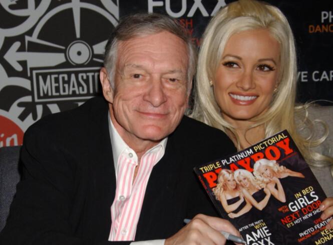 PLAYBOY: Hugh Hefner grunnla «Playboy». Her sammen med en av «Playboy»-proflene, Holly Madison i 2005. Foto: AP / NTB Scanpix