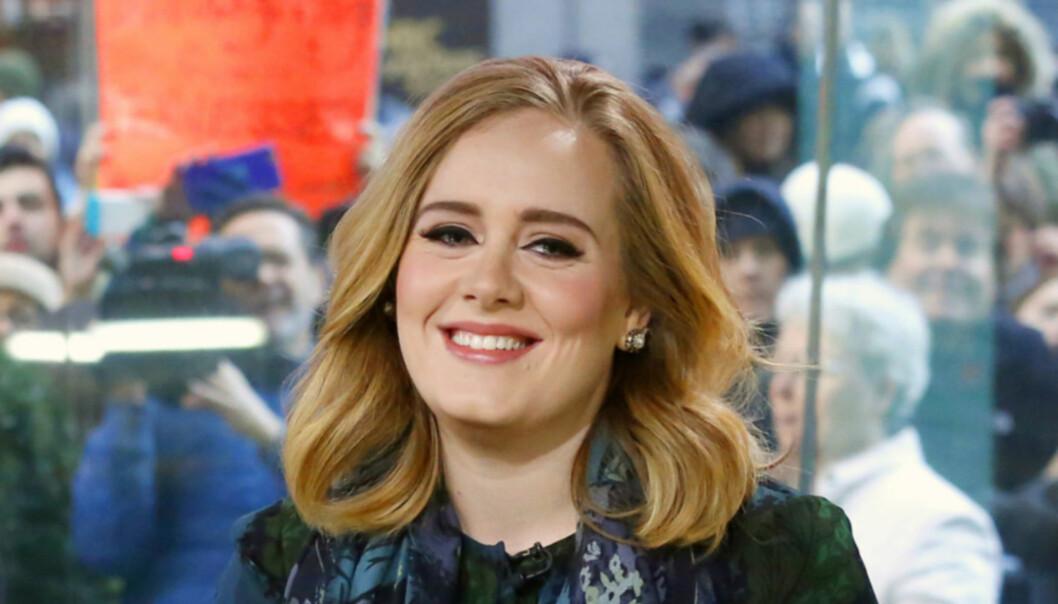 OVERRASKER: Nok en gang overrasker den berømte sangeren, Adele, fansen. Nå har hun tatt med ofre fra brannen i Grenfell Tower på kino. Foto: NTB Scanpix