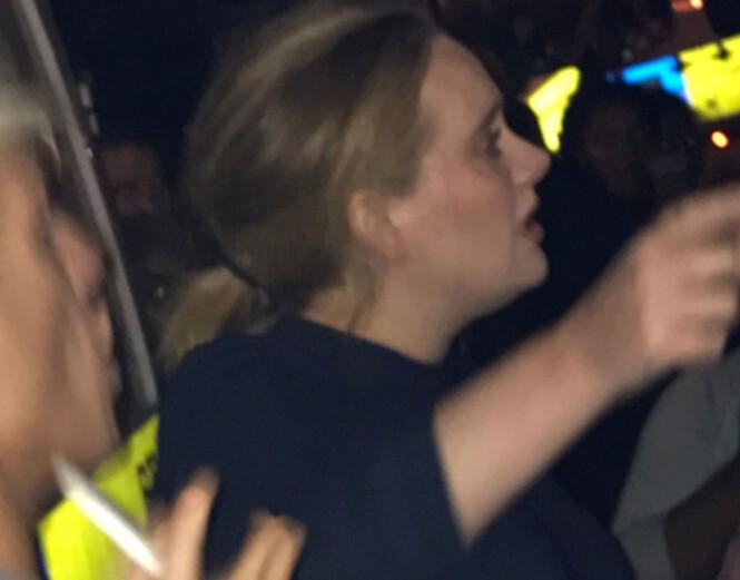 BESØKTE OFRENE: Adele besøkte ofrene fra brannen i Grenfell Tower kort tid etter. Stjerna ga klemmer til de som var tilstedet. Foto: Reuters / NTB Scanpix