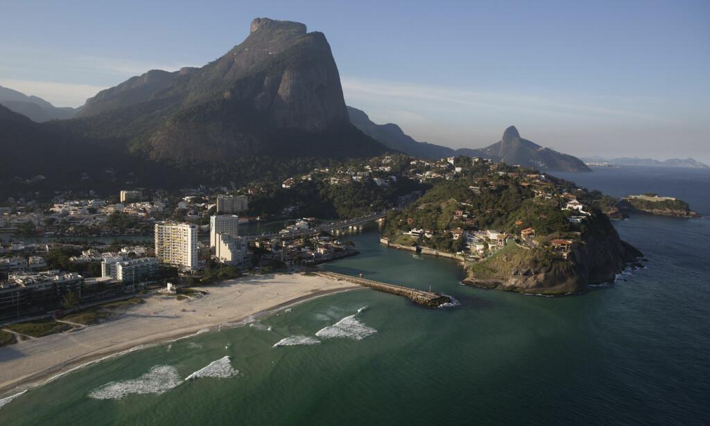 STORBY: Rio de Janeiro er Brasils nest største by. Her sett fra lufta ved stranda Barra da Tijuca. Foto: AP Photo/Felipe Dana/NTB Scanpix