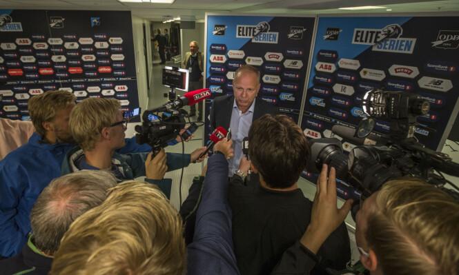 <strong>OMSVERMET:</strong> Dag-Eilev Fagermo har satt Odd på kartet. Her flokker journalistene seg rundt treneren etter at laget røyk ut for Dinamo Zagreb i kvalifiseringen til Europa League. Foto: Trond Reidar Teigen / NTB scanpix