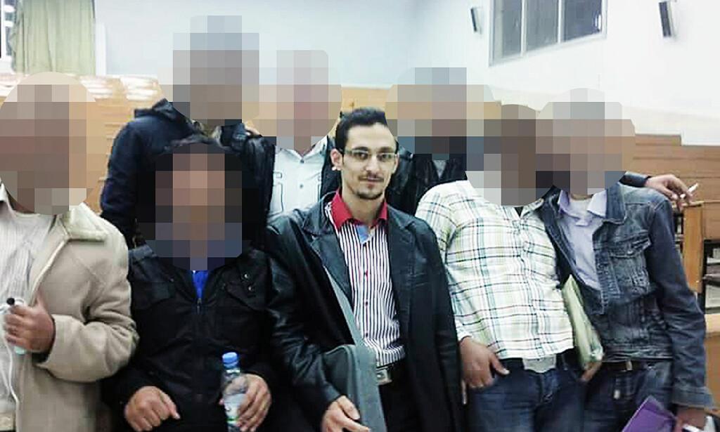 SKOLELYS: Rayan Meshaal var en av de beste elevene i klassen, både på videregående skole og universitetet. Her er han sammen med sekulært kledte, røykende og smilende medstudenter. Et par år seinere var han propagandasjef i IS - en av verdens farligste menn. Foto: Privat
