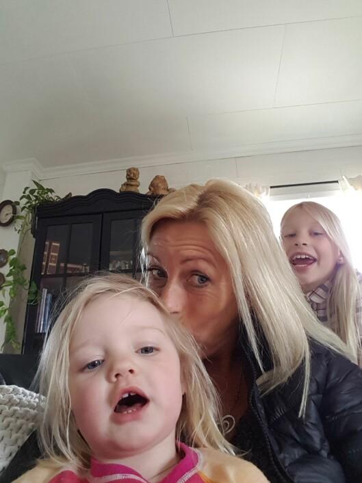 MAMMA OG BESTEMOR: Laila forteller at den største utfordringen er å behandle datteren Julie (bakerst) og barnebarnet Leah (foran) på en slik måte at ingen av dem blir sjalu.  Foto: Privat