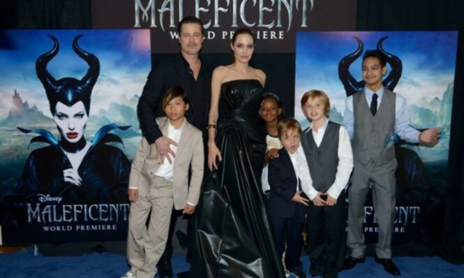 <strong>SAMMEN:</strong> Her er Brad og Angelina sammen med ungeflokken på premieren av filmen Maleficent i Hollywood. Vivienne er det eneste barnet som ikke er med på bildet. Foto: AFP