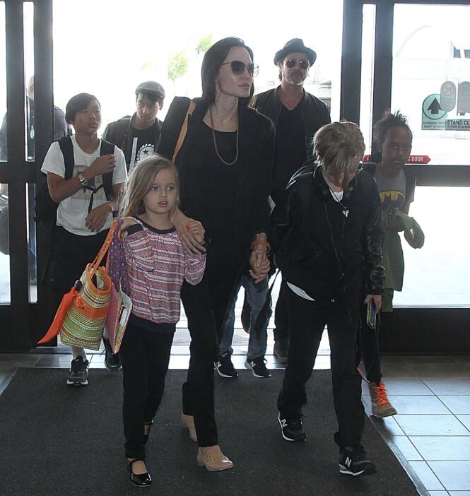 <strong>SEKS BARN:</strong> Angelina og Brad har seks barn sammen. Her var den store familien sammen på flyplassen i Los Angeles, før de skulle reise til Europa i 2015. Foto: Splash News / NTB Scanpix