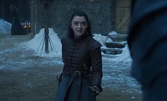 LADY CAT: Den mystiske skikkelsen dukker opp igjen kort tid etter, denne gangen rett bak Arya Stark. Foto: Skjermdump HBO Nordic