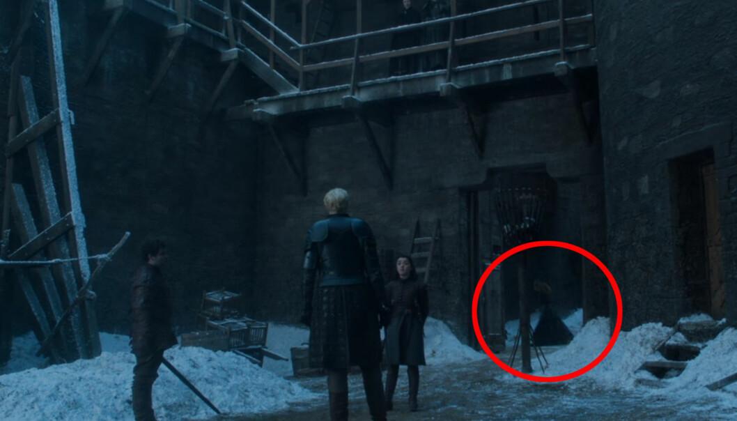 SPØKELSE: Brienne sverget en ed til Catelyn Stark om å passe på Stark-døtrene, og er kjent for å ta slike løfter svært alvorlig. Var det spøkelset av Catelyn Stark som dukket opp i siste episode av «Game of Thrones», da Brienne og Arya Stark målte krefter i en lekesverdkamp? Foto: Skjermdump / HBO Nordic