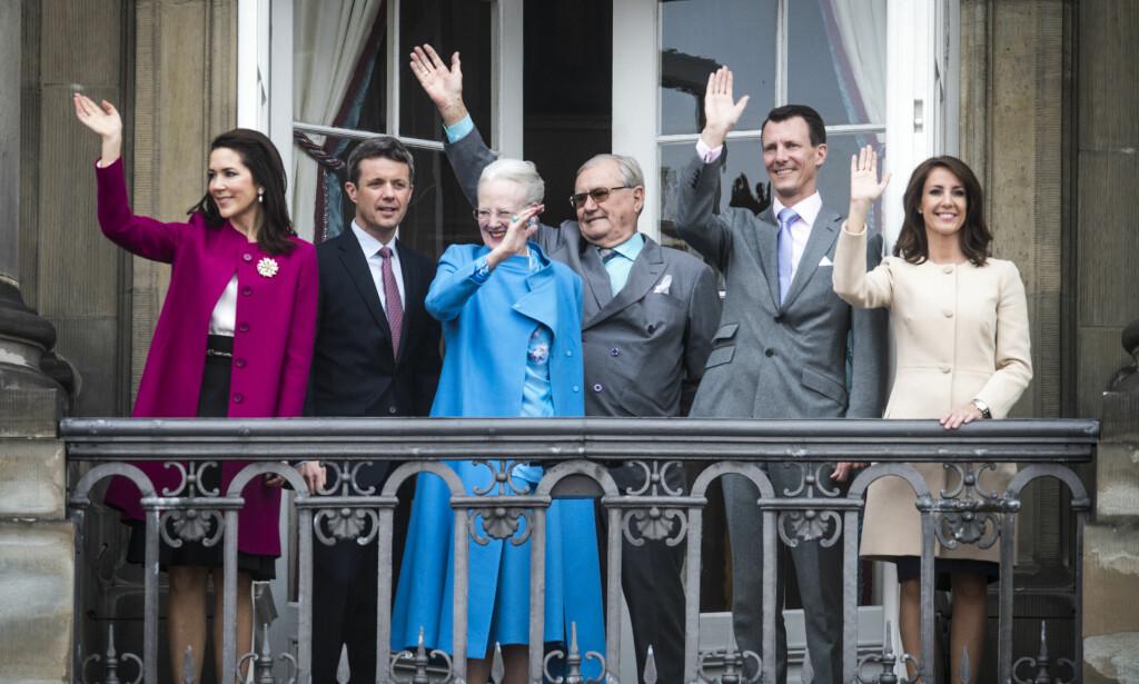 KONGELIGE: Her er den danske kongefamilien samlet under Margrethes 76 årsdag i fjor. Fra venstre: Kronprinsesse Mary, kronprins Frederik, dronning Margrethe, prins Henrik, prins Joachim og prinsesse Marie. De har alle skapt en rekke overskrifter i media tidligere. Foto: AP