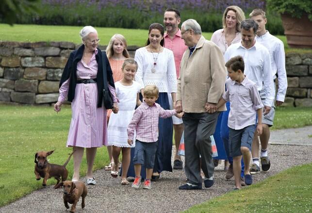 RØYKER: Dronning Margrete har stadig blitt observert med røyken i hånda. Her sammen med flere fra den danske kongefamilien. Foto: AFP